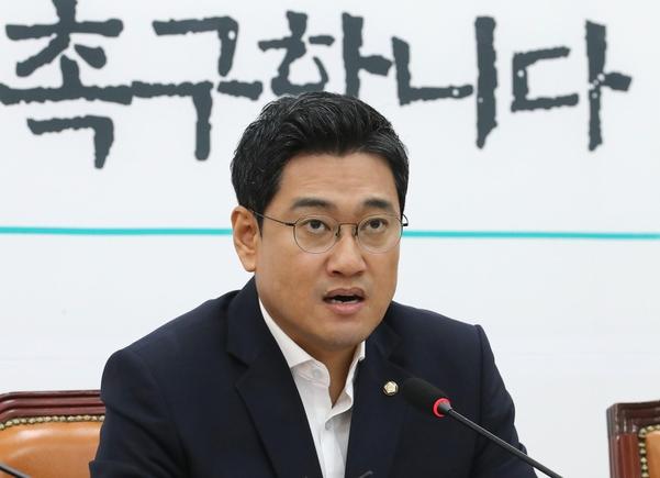 바른미래당 오신환 원내대표가 16일 국회에서 기자간담회를 하고 있다./연합뉴스
