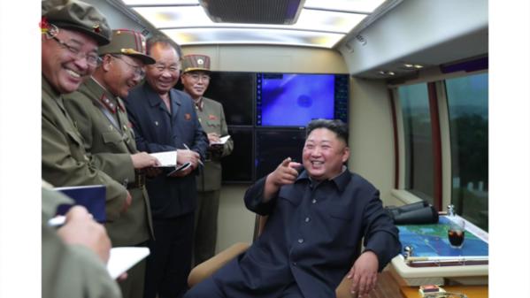 북한 조선중앙TV가 11일 전날 함경남도 함흥 일대에서 실시한 2발의 단거리 발사체 발사 장면을 사진으로 공개했다. 북한 매체들은 김정은이 '새로운 무기가 나오게 되었다고 못내 기뻐하시며 커다란 만족을 표시하시였다'고 전했다./조선중앙TV