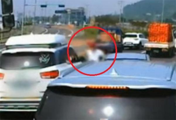 지난달 4일 제주도에서 자신의 난폭운전에 대해 항의하는 운전자를 폭행하는 A씨의 모습이 블랙박스에 찍혀 공개됐다. /유튜브 한문철TV 캡처