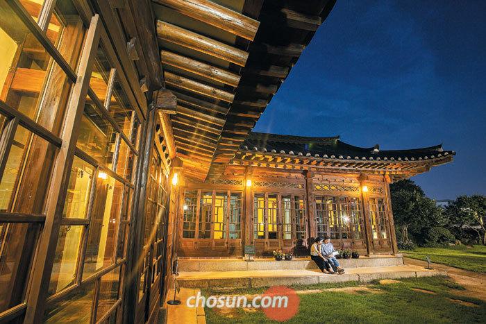 여름밤 달빛 스민 100여 년 한옥에서 시간 여행을 하는 것도 색다른 추억이다. 8월 말까지 매주 수·토요일 야간에 특별 개방하는 서울 가회동 '백인제 가옥'.