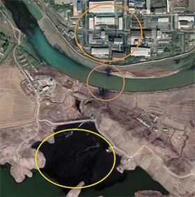 이 아시아 방송 이 15 이 공개 한 사진. 우라늄 공장 (위 동그라미) 에서 나온 검은 폐기물 이 파이프 를 거쳐 아래 (아래 동그라미) 로 유입 된 모습.