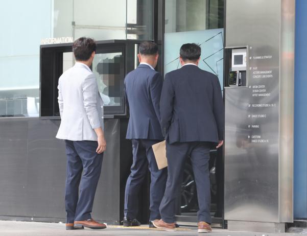"""YG 압수수색 5시간만에 끝…경찰 """"양현석 도박자금 출처 확인 차원"""""""