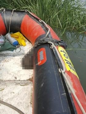 17 일 오전 경기도 고양시 한강 하구 에서 '몸통 시신' 일부로 추정 되는 머리 부분 을 발견 한 어민 보트. / 독자 제공