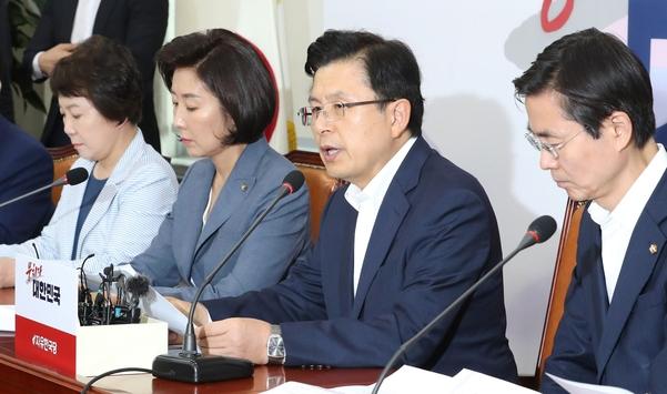 자유한국당 황교안 대표(오른쪽 두번째)가 19일 오전 국회에서 열린 최고위원회의에서 발언하고 있다./연합뉴스