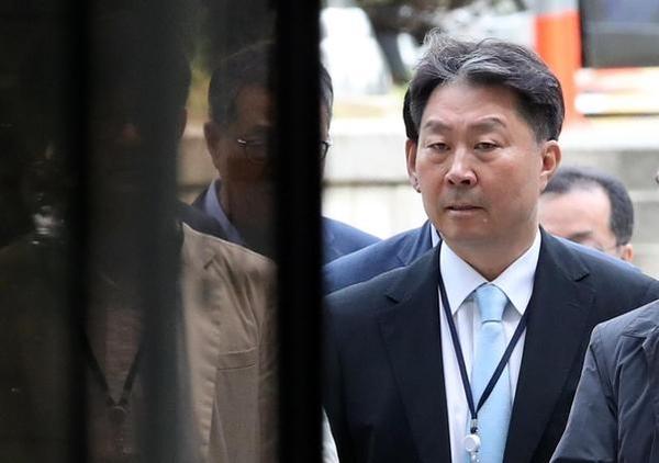 안용찬 전 애경산업 대표가 지난 5월 30일 영장실질심사를 받기 위해 서울중앙지법으로 들어서고 있다. /연합뉴스