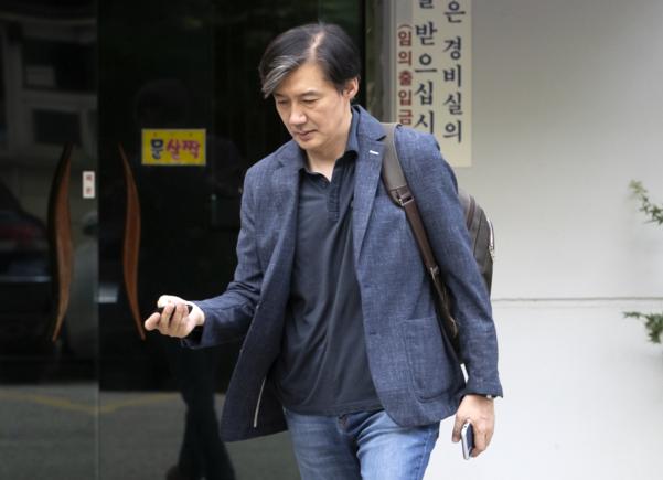 조국 법무부 장관 후보자가 18일 오전 서울 서초구 방배동 자택을 나서고 있다./연합뉴스