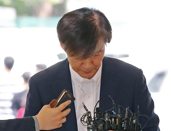 조국 법무부 장관 후보자가 19일 서울 종로구에 있는 인사청문회 준비단 사무실로 출근하고 있다. /연합뉴스