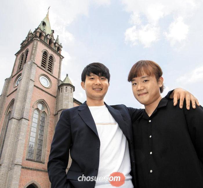 19일 서울 명동성당 앞에 선 피아니스트 선우예권(왼쪽)과 센다이 국제 콩쿠르에서 우승한 후배 피아니스트 최형록씨.