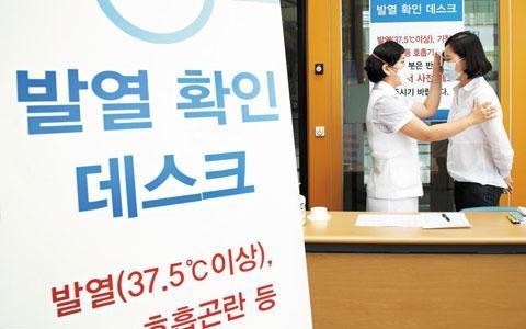 메르스에 감염되면 체온이 37.5도 이상으로 오르고, 기침과 호흡곤란 등의 증상이 나타난다./조선일보DB