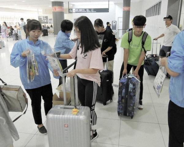 19일 오후 일본 홋카이도 신치토세 공항에서 일본 현지 여행사 직원이 홋카이도를 찾은 한국인 관광객에게 한국어가 적힌 부채와 팸플릿 등을 나눠주고 있다. /마이니치신문
