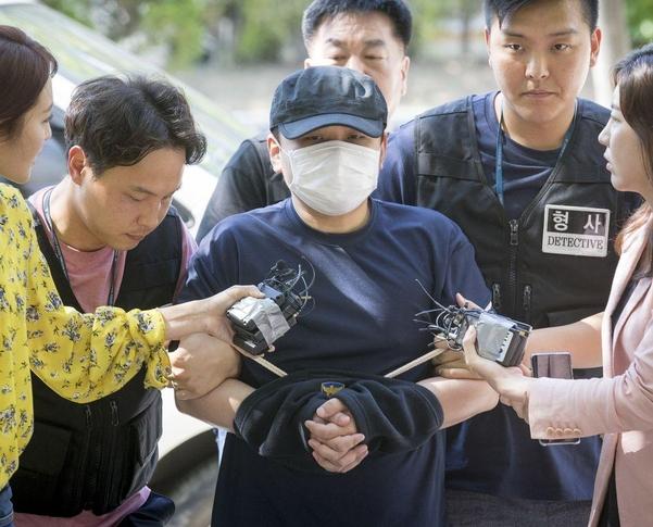 장대호가 지난 18일 영장실질심사를 받기 위해 의정부지법 고양지원으로 들어서고 있다. /김지호 기자