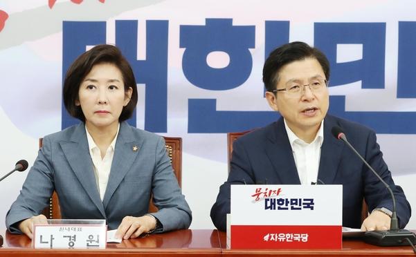 자유한국당 황교안 대표(오른쪽)가 23일 국회에서 열린 긴급안보연석회의에서 발언하고 있다./연합뉴스