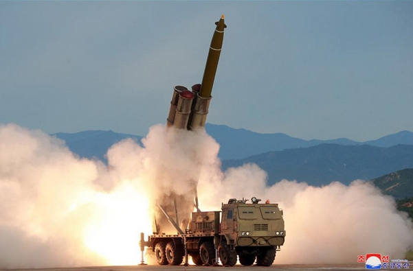 북한이 지난 24일 발사한 '초대형 방사포'의 모습. 김정은 북한 국무위원장은 '한 번 본 적도 없는 무기체계'라고 했다. /조선중앙통신·연합뉴스