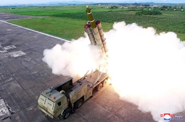 북한이 지난 24일 발사한 '새로 연구 개발한 초대형 방사포'의 모습. 차륜형 발사대에서 발사됐다. /조선중앙통신·연합뉴스