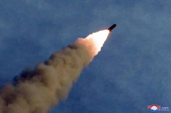 북한이 지난 24일 발사한 '새로 연구 개발한 초대형 방사포'의 모습. 북한이 올들어 발사한 9차례 발사체 가운데 최고 고도가 약 97㎞로 가장 높다. /조선중앙통신·연합뉴스