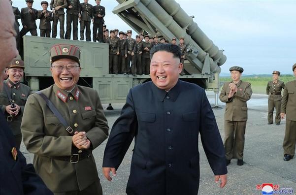김정은 북한 국무위원장이 24일 '새로 연구 개발한 초대형 방사포'의 시험 발사를 지도하는 모습./조선중앙통신·연합뉴스