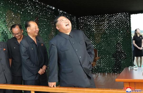 김정은 북한 국무위원장이 24일 '새로 연구 개발한 초대형 방사포'의 시험 발사를 지도하는 모습. 사진 오른쪽에 김여정 북한 노동당 제1부부장이 보인다. /조선중앙통신·연합뉴스