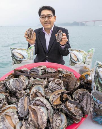 이승열 씨가 판매하는 전복은 물살이 센 청산도에서 자라 살이 두텁다./청정수산 제공