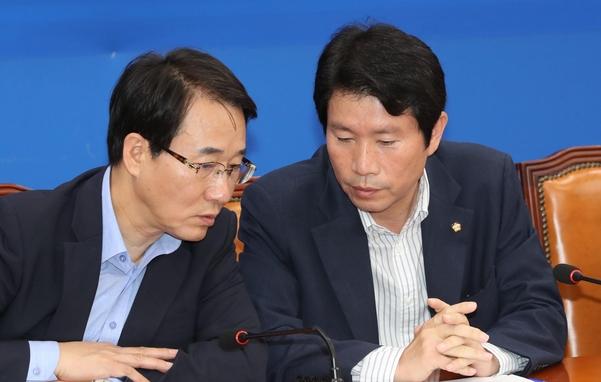 더불어민주당 이인영(오른쪽) 원내대표./연합뉴스