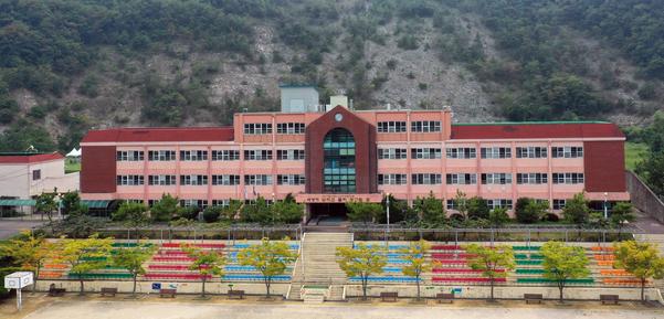 19일 오후 경남 창원시 진해구에 있는 웅동중학교. 이 학교는 조국 법무부 장관 후보자 집안이 소유한 학교법인 웅동학원 소유의 사립중학교다./연합뉴스