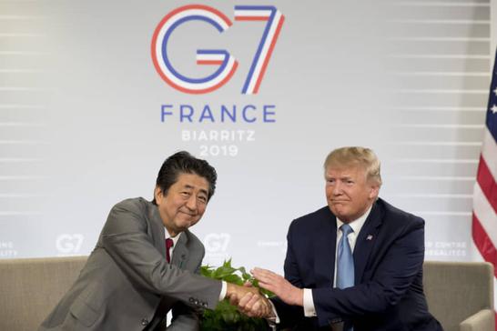 도널드 트럼프(오른쪽) 미국 대통령과 아베 신조 일본 총리가 25일(현지시각) 주요 7개국(G7) 정상회담이 열리고 있는 프랑스 비아리츠에서 양자회담을 하고 있다. /연합뉴스