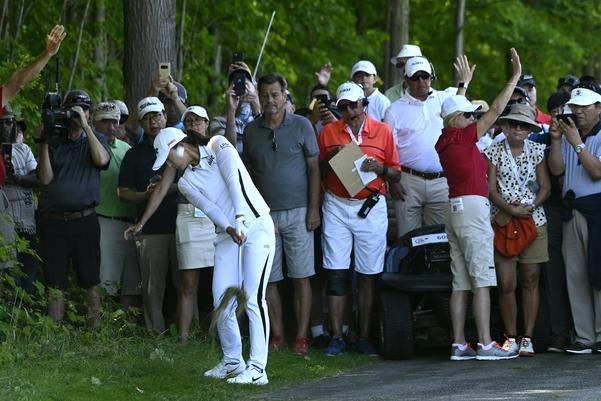 고진영이 최종 4라운드 9번 홀 러프에서 네 번째 샷을 날리고 있다. 이 홀에서 파 세이브에 성공한 덕에 '노보기 우승'을 할 수 있었다.//Bernard Brault/ Golf Canada