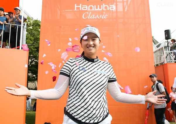 박채윤이 한화클래식 우승 후 동료들부터 꽃잎 세례를 받으며 기뻐하고 있다. /KLPGA박준석