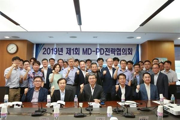 지난달 30일 서울 역삼동 한국기술센터 대회의실에서 열린 '산업기술융합R&D 추진을 위한 MD-PD 전략협의회'에 참석한 정양호 한국산업기술평가관리원장(맨앞줄 가운데) 등 관계자들이 기념촬영을 하고 있다. KEIT 제공
