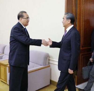 왕이(오른쪽) 중국 국무위원이 4일 평양에서 리수용 북한 노동당 부위원장을 만났다고 중국 외교부가 밝혔다. /중국 외교부