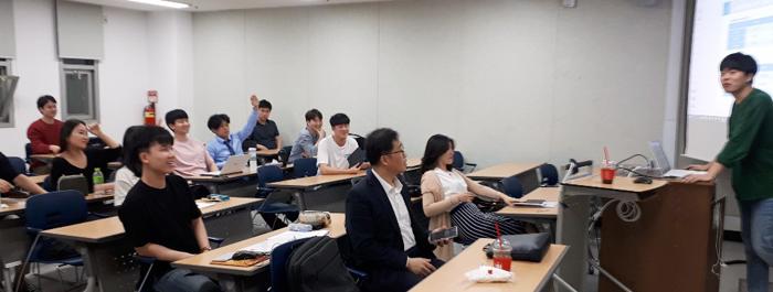 지난 학기 서울 관악구 서울대의 한 강의실에서 서울대 부동산학회 'SRC' 회원들이 '부동산 개발 및 금융 기초'를 주제로 토론하고 있다.