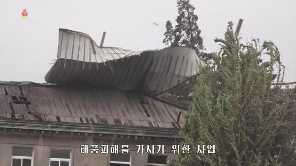 북한 조선중앙TV가 8일 태풍 '링링'의 피해 소식을 전하고 있다. 사진은 강풍에 지붕이 뜯긴 모습./조선중앙TV·연합뉴스