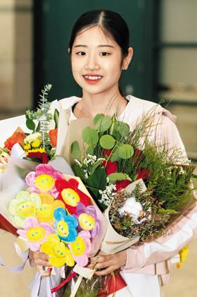 라트비아 리가에서 열린 국제빙상경기연맹(ISU) 피겨스케이팅 주니어 그랑프리 대회 여자 싱글 금메달을 차지한 이해인이 8일 인천국제공항을 통해 귀국하며 웃는 모습.