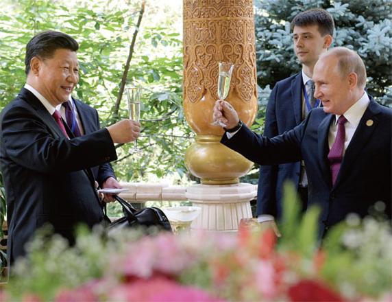 시진핑 중국 국가주석과 푸틴 러시아 대통령이 지난 6월 15일 타지키스탄 두샨베에서 열린 아시아지역 상호관계 및 신뢰구축 대책회의(CICA)에 앞서 건배하고 있다. /뉴시스