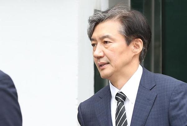 9일 조국 신임 법무부 장관이 장관 임명 발표 후 서울 서초구 방배동 자택을 나서고 있다. /연합뉴스