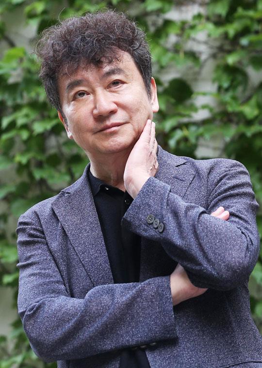 유독 50대 이상 독자가 많은 김진명은 '어려운 사회 환경에서 살아온 위 세대들은 내가 제기하는 정치·외교·안보 문제에 여전히 관심이 많다'고 했다.