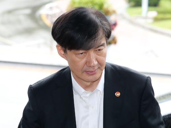 조국 법무부 장관이 10일 오후 정부과천청사 법무부로 출근하고 있다./연합뉴스
