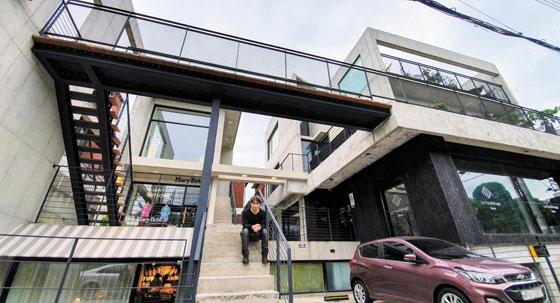 이른바 재생 건축의 성지라는 서울 연희동의 한 상가 주택 건물 계단에 앉은 김종석 쿠움파트너스 대표.
