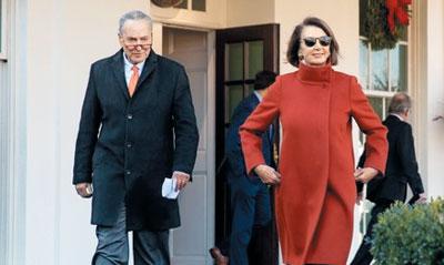 지난해 12월 붉은색 코트에 선글라스를 걸친 낸시 펠로시 미국 하원의장이 백악관을 나섰다
