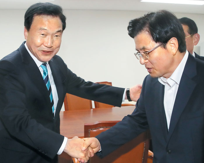 황교안(오른쪽) 자유한국당 대표가 10일 오전 국회에서 손학규(왼쪽) 바른미래당 대표를 찾아 악수하고 있다.