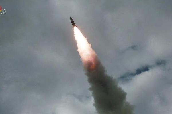 지난 8월 16일 '북한판 에이태킴스'로 불리는 단거리 탄도미사일이 표적을 향해 비행하고 있다/연합뉴스
