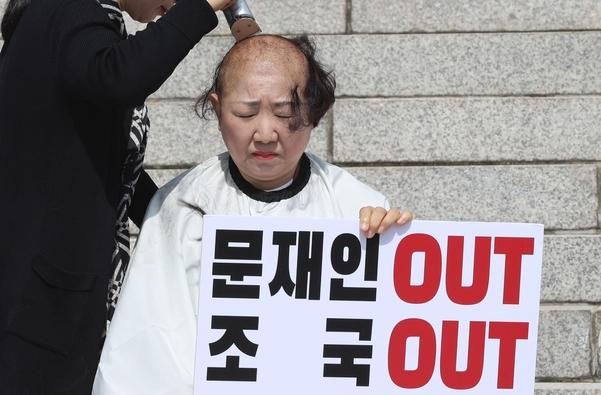 자유한국당 박인숙 의원이 11일 국회 본관에서 조국 법무부 장관 임명에 반발해 삭발을 하고 있다./연합뉴스