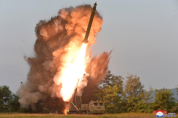 북한이 지난 10일 김정은 국무위원장 지도 하에 초대형 방사포 시험사격을 했다고 북한 매체들이 11일 보도했다./연합뉴스, 조선중앙통신