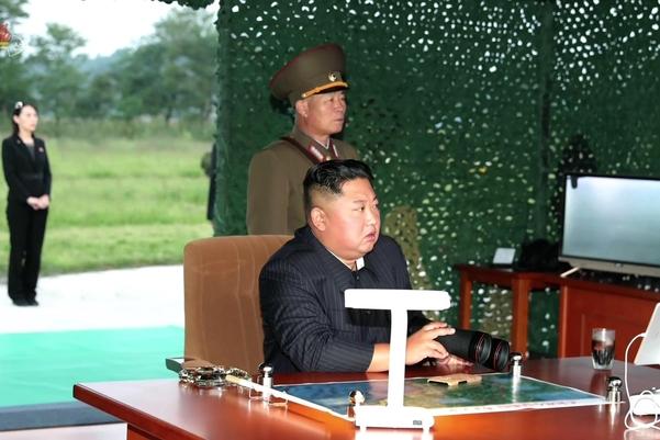 북한이 지난 10일 김정은 국무위원장 지도 하에 초대형 방사포 시험사격을 했다고 북한 매체들이 11일 보도했다. 김 위원장 뒤쪽으로 김여정 노동당 중앙위 제1부부장의 모습이 보인다./연합뉴스, 조선중앙통신