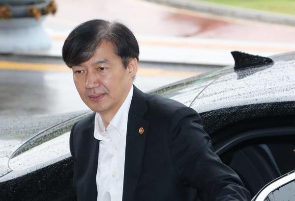 조국 법무부 장관이 지난 10일 오후 정부과천청사 법무부로 출근하고 있다. /연합뉴스