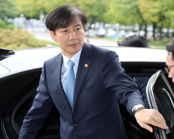 조국 법무장관이 11일 오전 경기도 정부과천청사로 출근하고 있다./연합뉴스