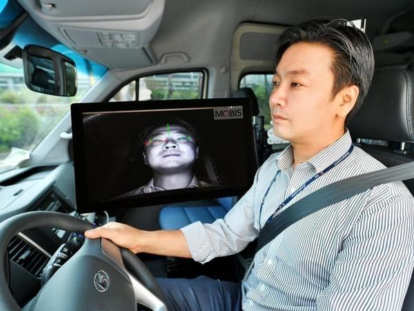 현대모비스 연구원이 운전자 동공추적과 안면인식이 가능한 '운전자 부주의 경보시스템'을 상용차에 적용해 시험하고 있다. /현대모비스 제공