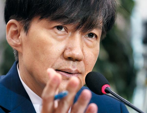 조국 법무장관이 지난 6일 국회에서 열린 인사청문회에서 법사위원들의 질의에 답하고 있다. /남강호 기자