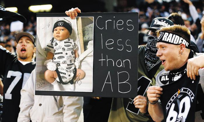 10일 NFL 오클랜드 레이더스 팬이 경기장에서 든 피켓. '아기가 AB(안토니오 브라운)보다 덜 운다'고 쓰여 있는데 이는 끝없이 징징대면서 방출을 요구해 결국 레이더스를 나간 안토니오 브라운을 겨냥한 것이다.