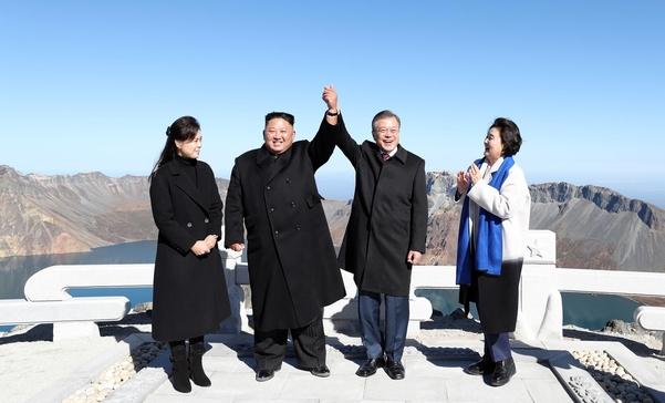 문재인 대통령과 김정은 북한 국무위원장이 작년 9월 20일 백두산 장군봉에서 천지를 배경삼아 손을 맞잡고 있다. /평양사진공동취재단