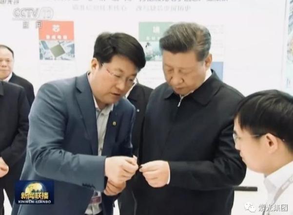 2018년 4월 칭화유니 계열사의 우한 반도체 공장을 시찰한 시진핑 중국 국가주석을 자오웨이궈 칭화유니 회장이 수행하고 있다./칭화유니